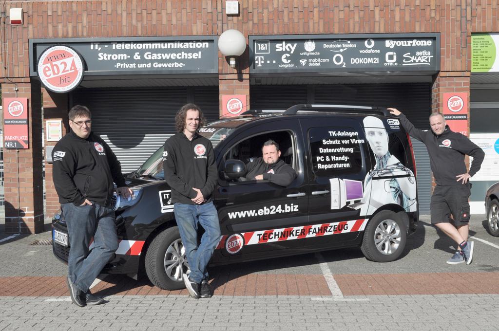eb24 Mitarbeiter vor einem Auto